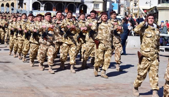 Povestea gemenilor plecaţi să lupte în Afganistan.