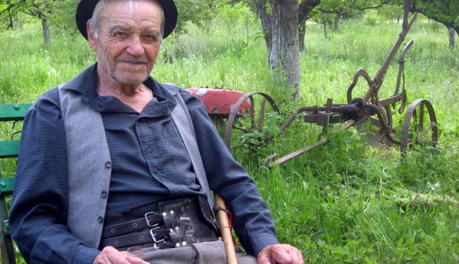 Foto: Povestea lui Mitu Ciocea, omul care a crescut şi a trăit între animale