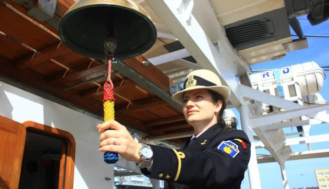 Foto: Frumoase, gra�ioase, dar... fatale. Femeile care conduc nave de lupt�, m�nuiesc arme �i aresteaz� infractori