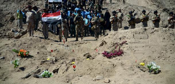 Foto: O nouă groapă comună cu victime ale SI, descoperită în Irak