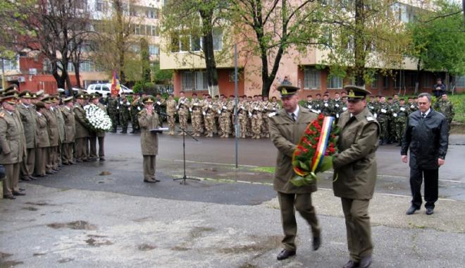 Prefectul Adrian Nicolaescu a marcat Ziua Forţelor Terestre - prefectura1-1492711051.jpg