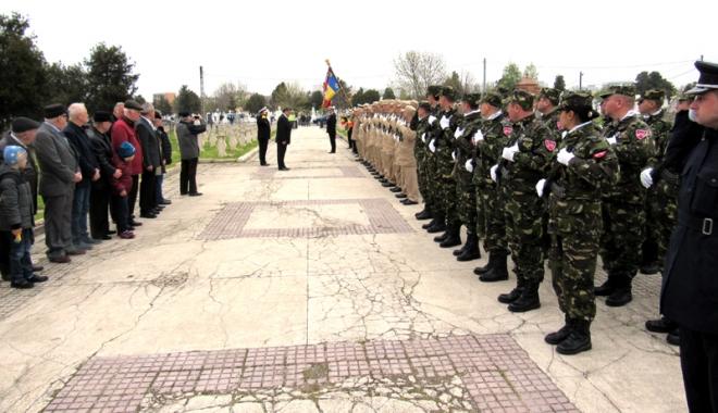Foto: Veteranii de război, omagiaţi  la monumentul eroilor