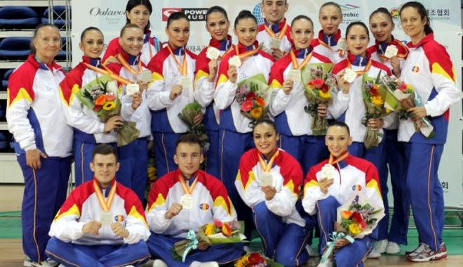 Foto: Premii pentru studenţii -campioni de la Mondiale