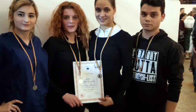 """Foto: Premii pentru tinerii din centrele de plasament. Trupa """"Divergent"""", trei locuri I"""