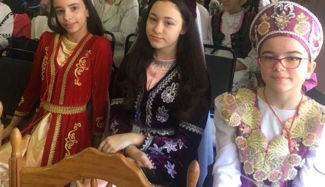 """Foto: """"Călătoria mea interculturală"""". Premiul I pentru trei eleve etnice din Constanţa"""