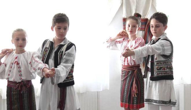 Foto: Preşcolarii pun în valoare folclorul turcesc şi românesc