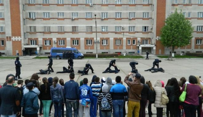 Foto: Preşcolarii şi elevii din Constanţa,  în primul rând  la pregătirile jandarmilor