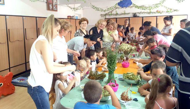 """Foto: Preşcolarii de la Grădiniţa """"Azur"""" învaţă despre plantele medicinale"""