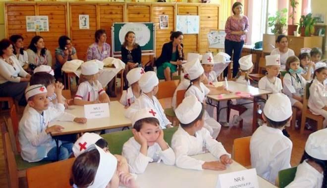 """Foto: Preşcolarii s-au pregătit să dovedească cine sunt """"Micii sanitari"""""""