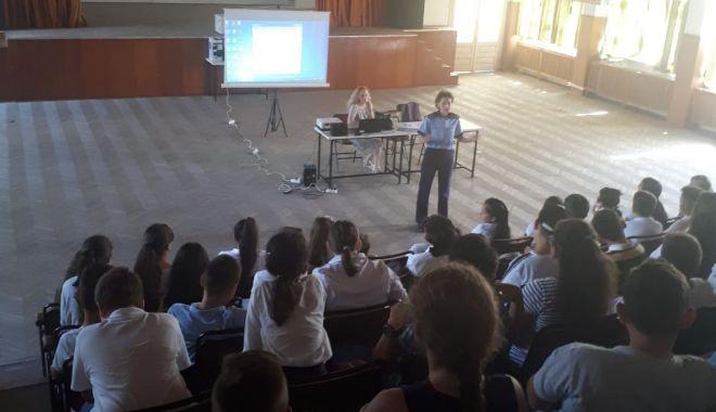 Foto: Polițiștii le-au vorbit elevilor despre pericolele internetului