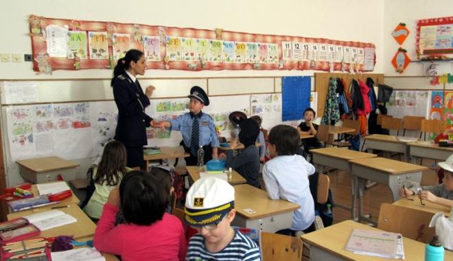 Foto: Polițiștii, acțiuni de prevenire în școlile constănțene