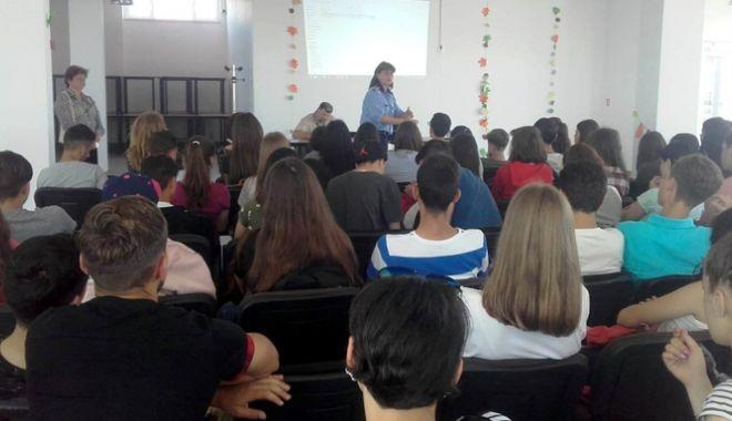 Foto: Prevenţie a violenţei domestice şi traficului de persoane în rândul elevilor