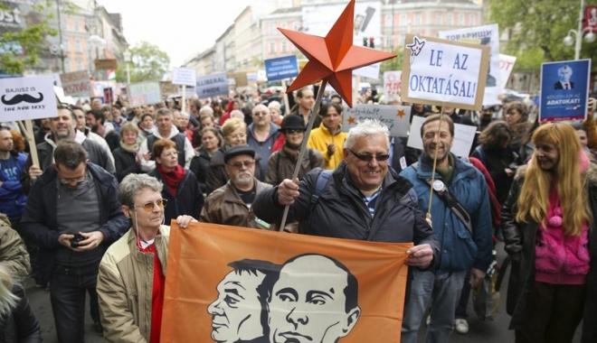 Foto: Prim-ministrul maghiar Viktor Orban,  ridiculizat de mii  de protestatari