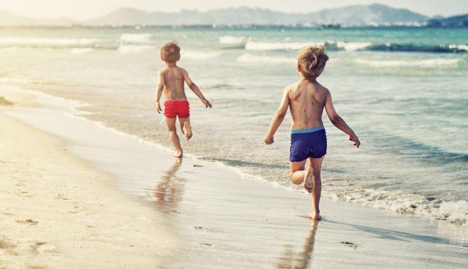 Foto: Prima dată la mare. Excursie emoţionantă pentru copiii din familii sărace