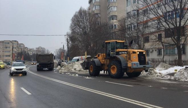 Foto: Primăria Constanţa: Se continuă ridicarea şi transportul zăpezii din intersecţii