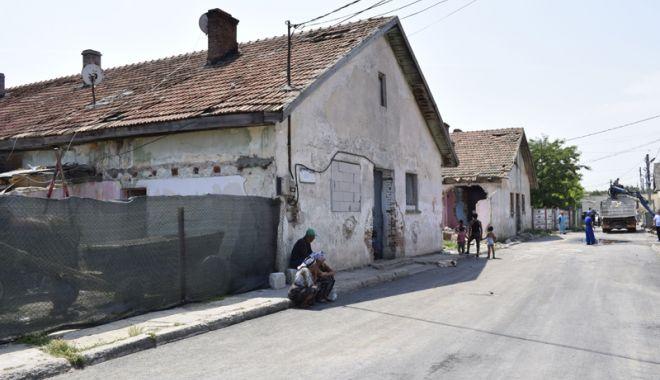 """Foto: Primăria Mangalia intră cu buldozerul  în construcțiile insalubre din """"Coloniști"""""""