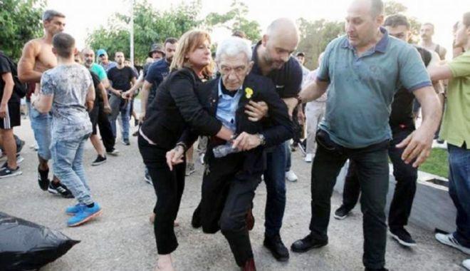 Foto: Grecia: Primarul oraşului Salonic, agresat de un grup de naţionalişti
