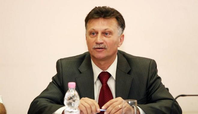 Foto: Primarul Marian Iordache acordă tichete sociale pentru nevoiaşii din Medgidia