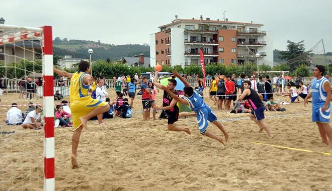 Foto: Primul campionat naţional de handbal pe plajă are loc în acest week-end, în Mamaia