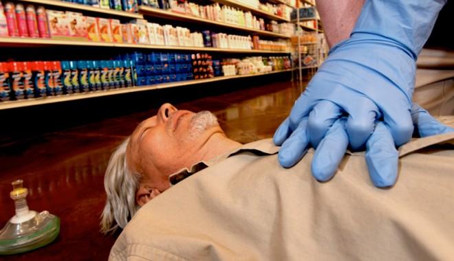 Foto: Cum se acordă primul ajutor în cazul atacului de cord