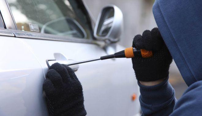 Foto: Prins în flagrant în timp ce fura dintr-un autoturism