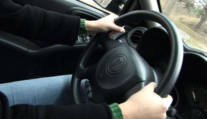 Foto: Prins f�r� permis, la volanul unei ma�ini furate, dup� o urm�rire ca �n filme