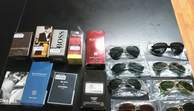 Foto: Prinşi în timp  ce vindeau ilegal parfumuri  şi ochelari