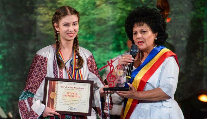 """Foto: Trofeul """"Dor de Cânt Românesc"""" a ajuns la Alexandra Yasmine Polacek"""