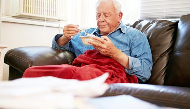 """Foto: Bătrânii îşi """"îndulcesc"""" masa de Paşti cu împrumuturi de la Casa de Ajutor Reciproc"""