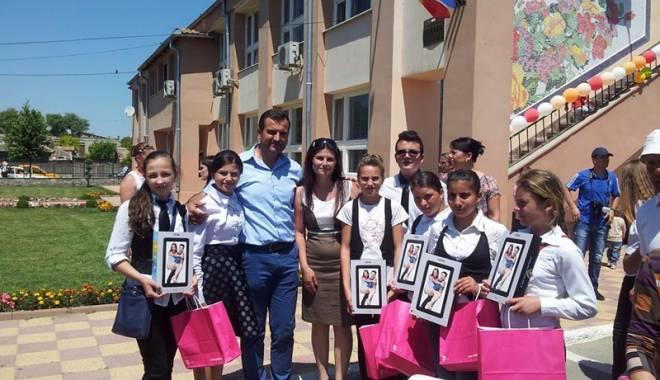 Foto: Comuna Peştera, locul unde toţi copiii  au tablete pentru a se conecta la wireless