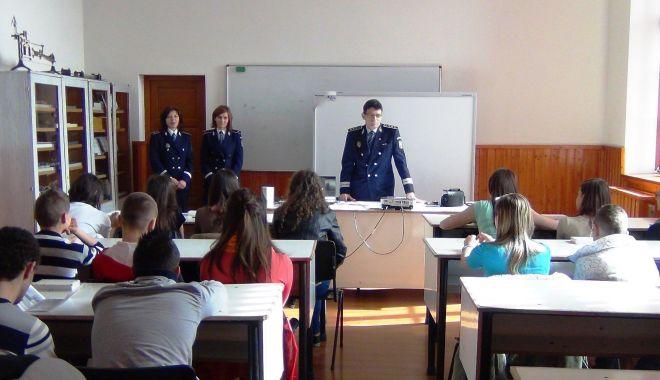 ATENȚIE LA DATELE PERSONALE OEFRITE PE NET! Elevii din Constanța, instuiți în acest sens - prioritateainscoli-1571297608.jpg