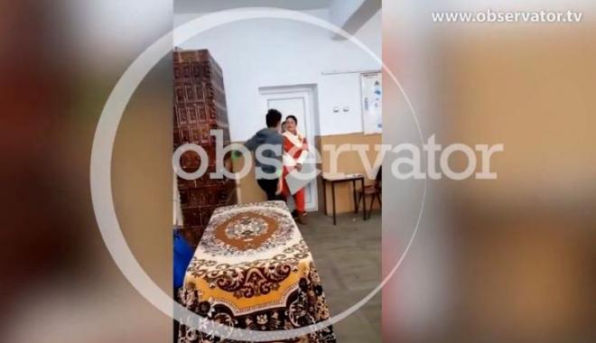 """Foto: Profesoară bătută şi înjurată de elevi / """"Nu atinge telefonul, că-l şifonezi"""""""