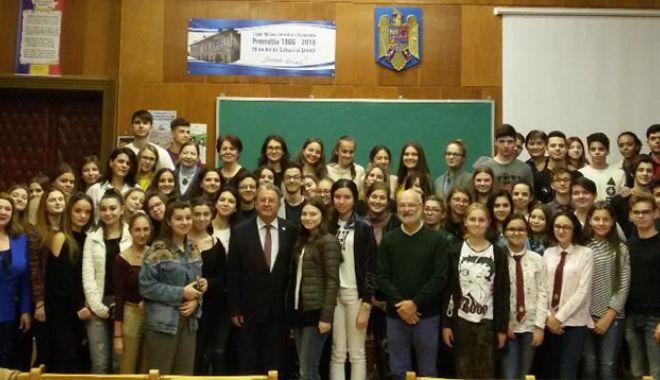 Foto: Profesorii şi elevii Colegiului