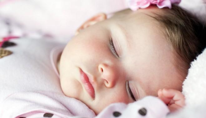 Foto: Bebe doarme. Somnul îl face mare?