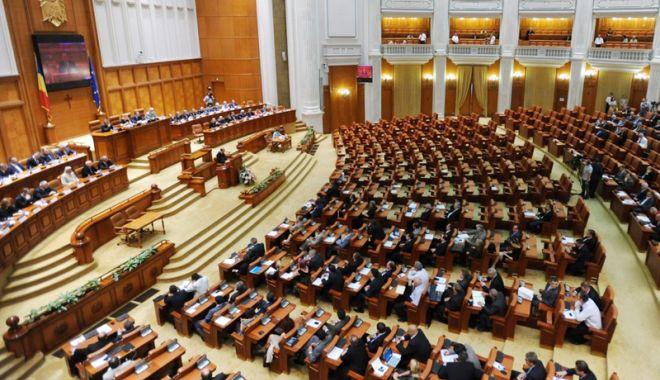 Foto: Proiectul legislativ referitor la valabilitatea paşapoartelor, undă verde la Senat