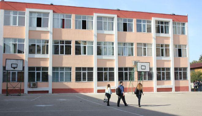 """Foto: Profesorii de la """"Călinescu"""" au învăţat cum să se poarte cu elevii agresaţi"""