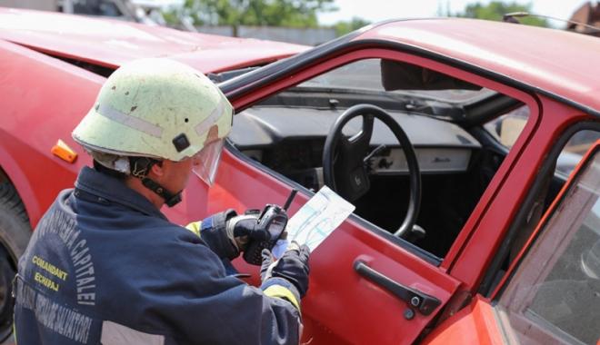 Foto: Cartea de salvare la bordul maşinii şi amenzile Poliţiei Rutiere. Cine minte şi cu ce scop?