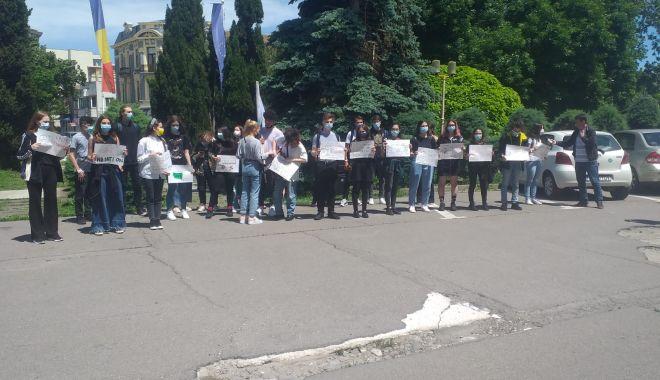 VIDEO şi FOTO. Protest la Constanţa. Elevii cer transport gratuit interjudeţean - protest-1623843694.jpg