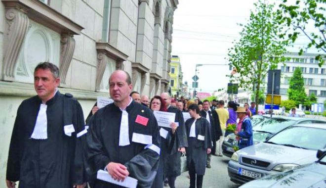 Foto: Avocaţii protestează azi pentru nivelul şi modalitatea de stabilire a onorariilor din oficiu. Reacţia ministrului Justiţiei