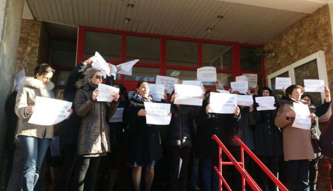 """Foto: Protest spontan, la Constanţa.  """"Vrem salarii decente, nu discriminare!"""""""