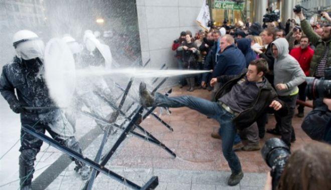 Foto: Proteste violente la Bruxelles. Mii de oameni în stradă, gaze lacrimogene şi tunuri cu apă