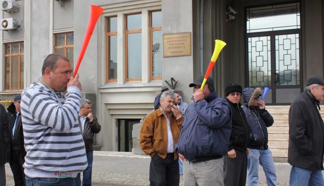 Foto: Greviştii din portul Constanţa au intrat în cea de-a treia lună de proteste