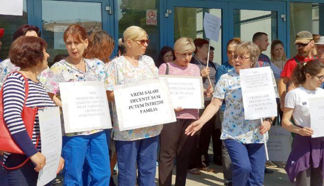 """Foto: Angajaţii de la Delfinariu protestează. """"Vrem salarii decente, să ne putem întreţine familia!"""""""