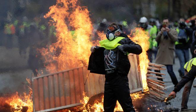 """Foto: Protestele """"Vestelor galbene"""".  Macron: """"Nu voi accepta niciodată violenţa"""""""