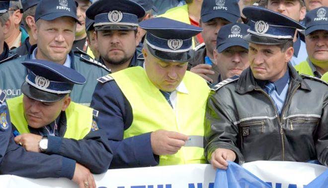 """Foto: Poliţiştii, scoşi din sărite în prag de protest. """"Sunt trimis la intervenţie ca porcul la tăiere"""""""