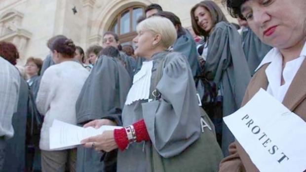 Foto: Un nou protest în justiţie. Grefierii reclamă lipsa unui statut al profesiei, inechităţi salariale, deficit de personal