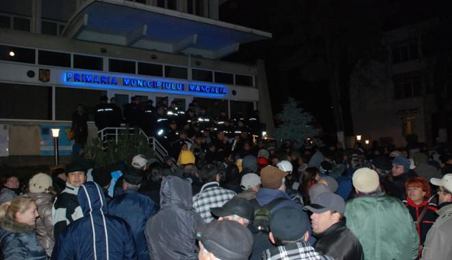 Mangalia a ieșit în stradă, Tusac a fugit pe ușa din spate - protestmangalia2-1321991635.jpg