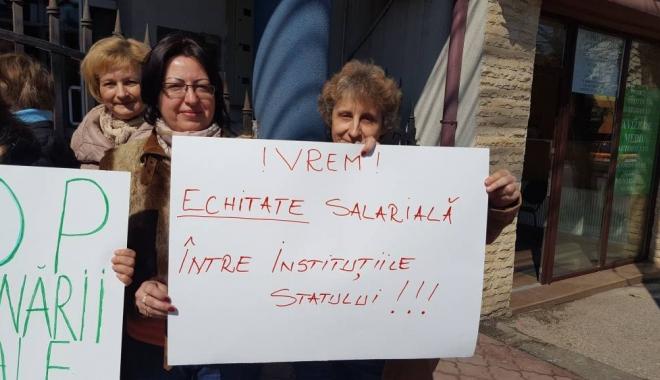 Foto: Protest spontan la Agenţia de Mediu. Angajaţii sunt nemulţumiţi de salarii şi se consideră discriminaţi de ceilalţi bugetari