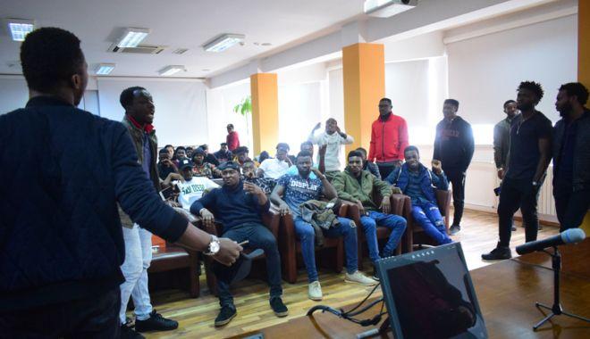 Foto: Scandal la Universitatea Maritimă. Studenţii nigerieni au bătut cu pumnul în masă!