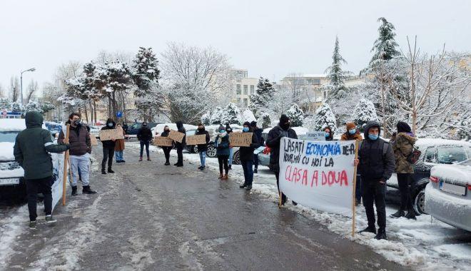 """Studenţii au protestat în faţa Prefecturii Constanţa. """"Pierdem trenul spre educaţie"""" - protestprint3-1613147508.jpg"""